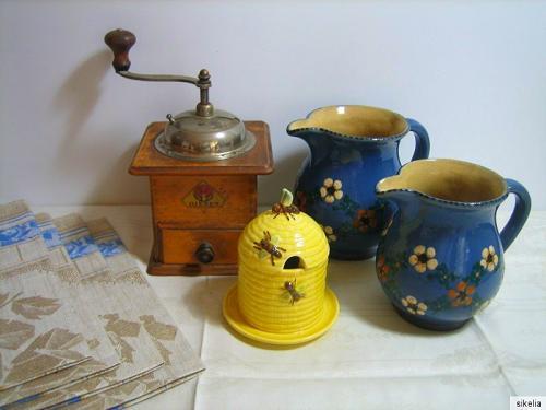 Kaffeemühle und Krüge